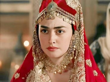 Esra Bilgiç apprise Imran Khan for airing the serial Diriliş  Ertuğrul on state running channal.