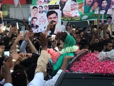 Maryam Nawaz and PML-N workers stage a chaos in front of NAB regional office